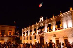 ケレタロ州庁舎に翻るメキシコ国旗
